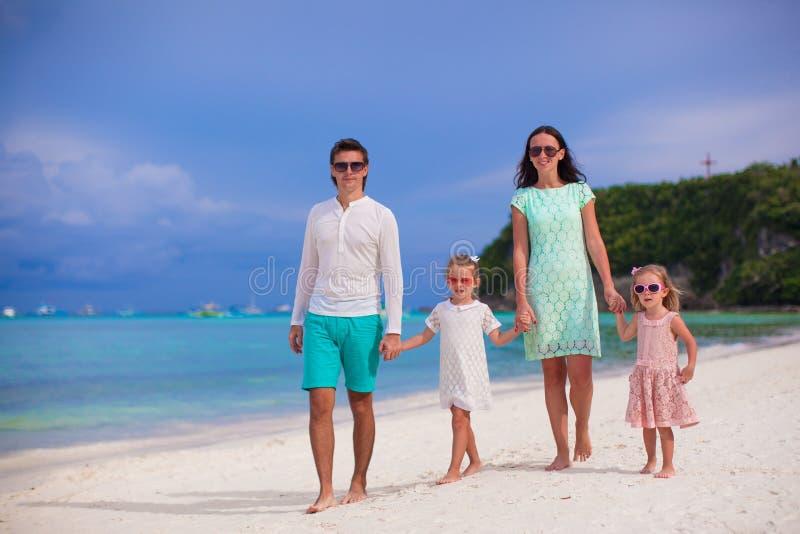 Família bonita nova com as duas crianças que andam sobre fotografia de stock