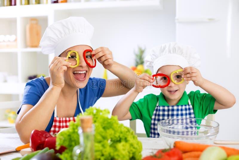 Família bonito engraçada que joga com alimento fotografia de stock royalty free
