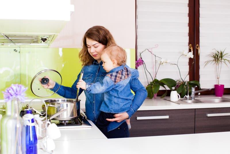 A família bonito está preparando o alimento junto fotografia de stock
