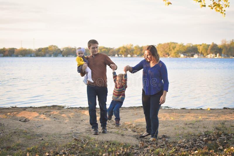 Família bonito pelo lago fotografia de stock