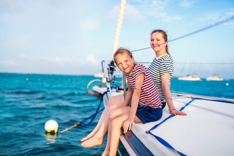 Família a bordo do iate da navigação imagem de stock royalty free
