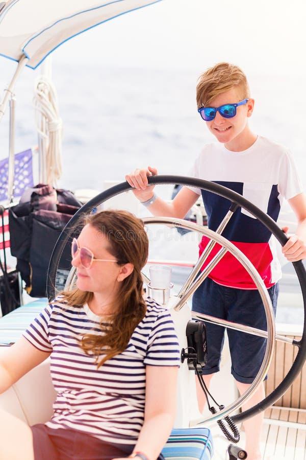 Família a bordo do iate da navigação imagem de stock