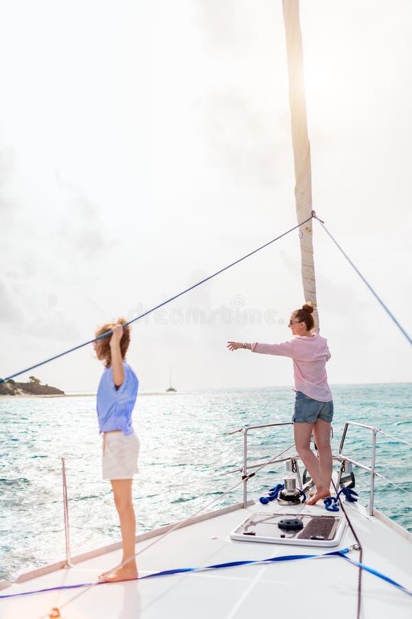 Família a bordo do iate da navigação foto de stock royalty free