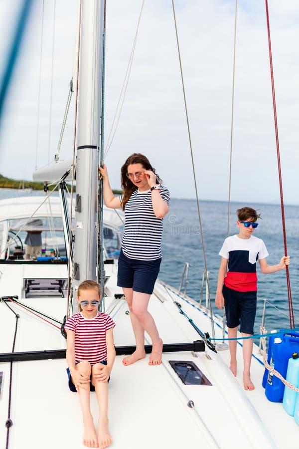 Família a bordo do iate da navigação imagens de stock royalty free