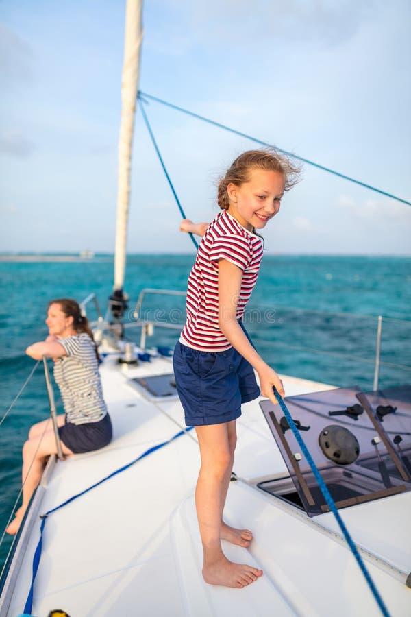 Família a bordo do iate da navigação fotografia de stock royalty free