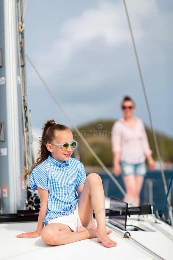 Família a bordo do iate da navigação fotos de stock royalty free