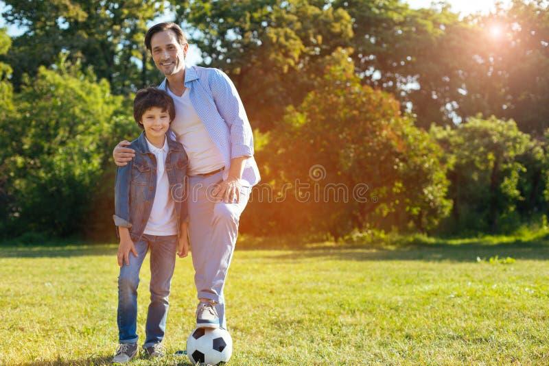 Família brilhante otimista que tem um fim de semana desportivo junto imagem de stock