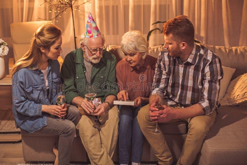Família calma que pensa de épocas velhas imagem de stock royalty free