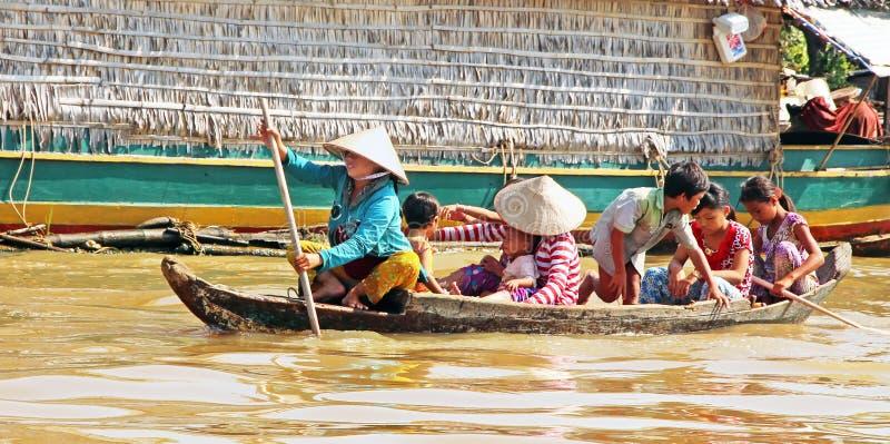 Família cambojana no barco