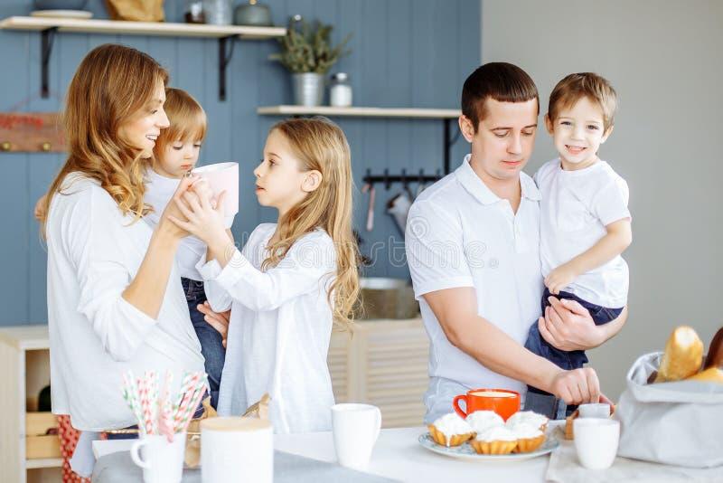 Família caucasiano de sorriso feliz que prepara o café da manhã na cozinha fotos de stock