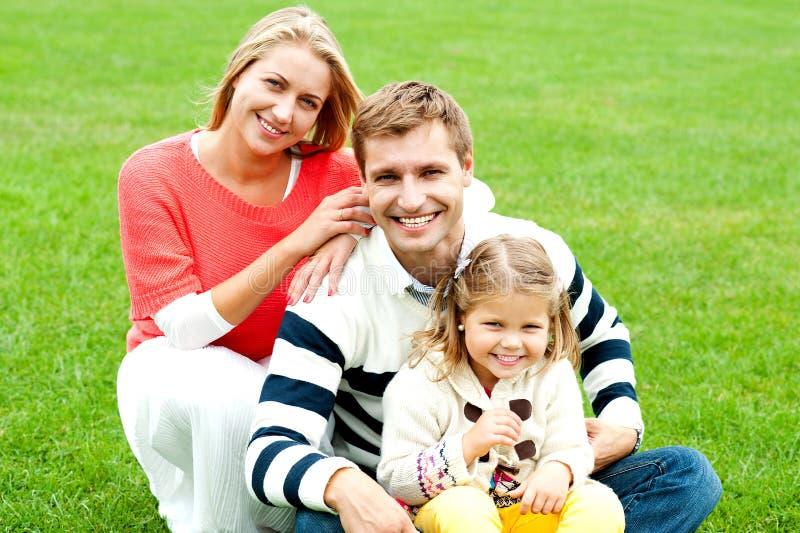 Família caucasiano feliz ao ar livre que relaxa imagem de stock royalty free