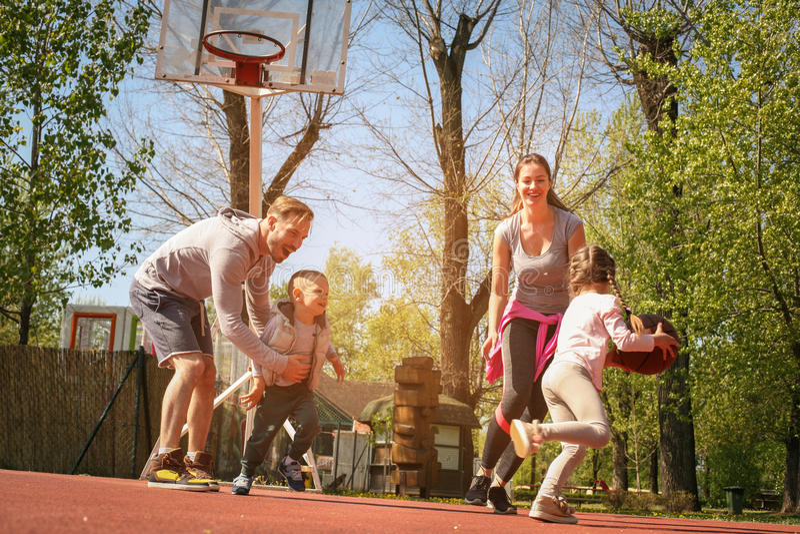 Família caucasiano que joga o basquetebol junto imagens de stock