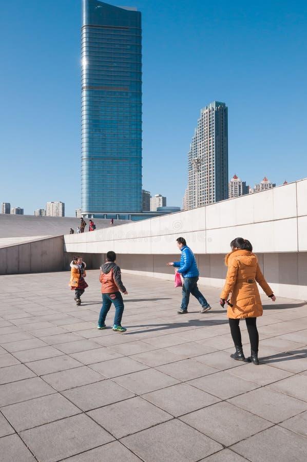 A família chinesa aprecia as atividades no quadrado de Xinghai fotografia de stock royalty free