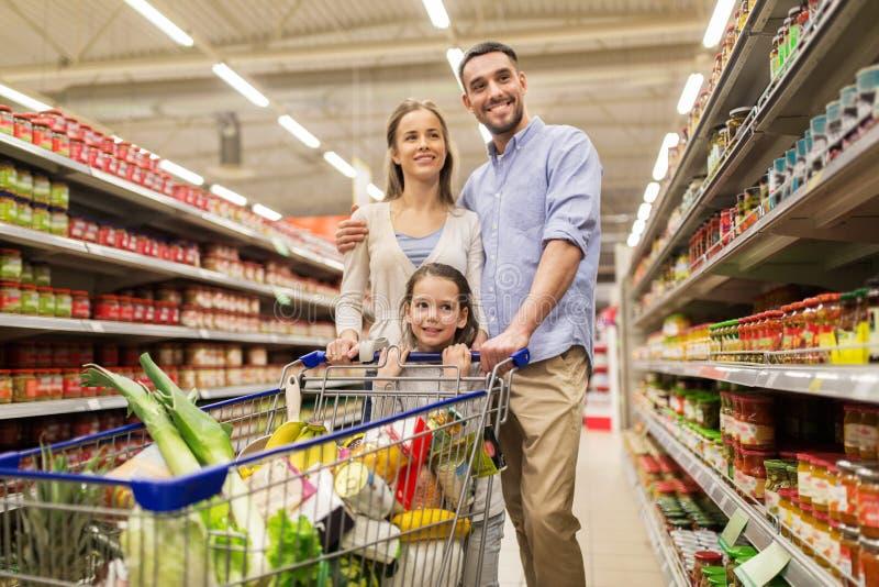 Família com alimento no carrinho de compras na mercearia imagens de stock