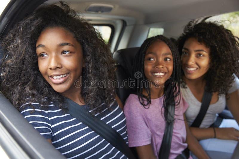 Família com as crianças adolescentes no carro na viagem por estrada fotos de stock royalty free