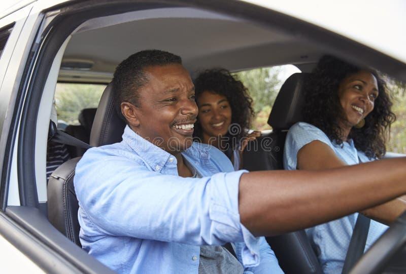 Família com as crianças adolescentes no carro na viagem por estrada imagens de stock