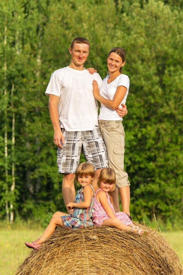 Família com as crianças em férias fora imagens de stock