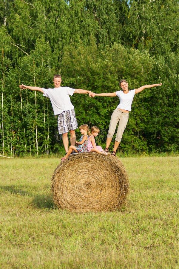 Família com as crianças em férias fora imagem de stock royalty free
