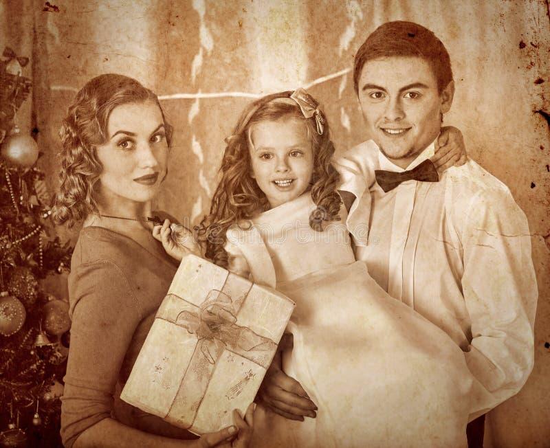 Família com as crianças que vestem a árvore de Natal fotografia de stock royalty free