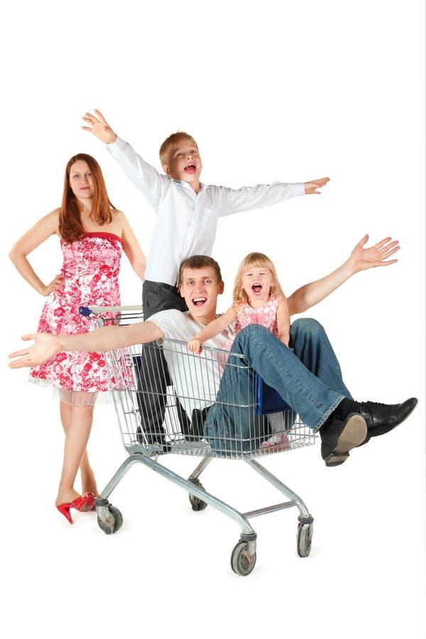 Família com as duas crianças com cesta de compra imagens de stock