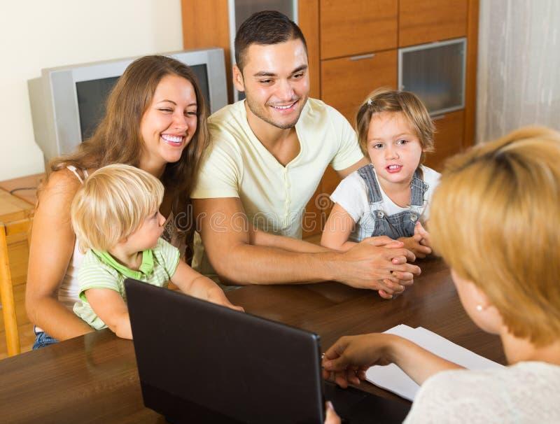 Família com assistente social foto de stock