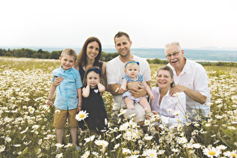 Família com a avó que passa o tempo com a criança pequena durante o por do sol foto de stock royalty free