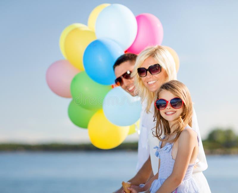 Família com balões coloridos fotografia de stock royalty free
