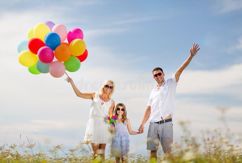 Família com balões coloridos foto de stock royalty free