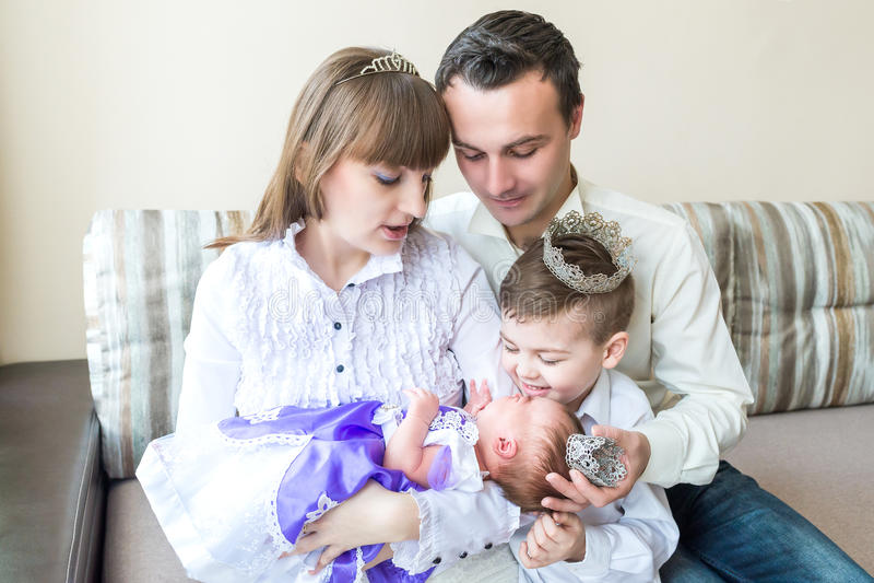 Família com bebê recém-nascido imagem de stock
