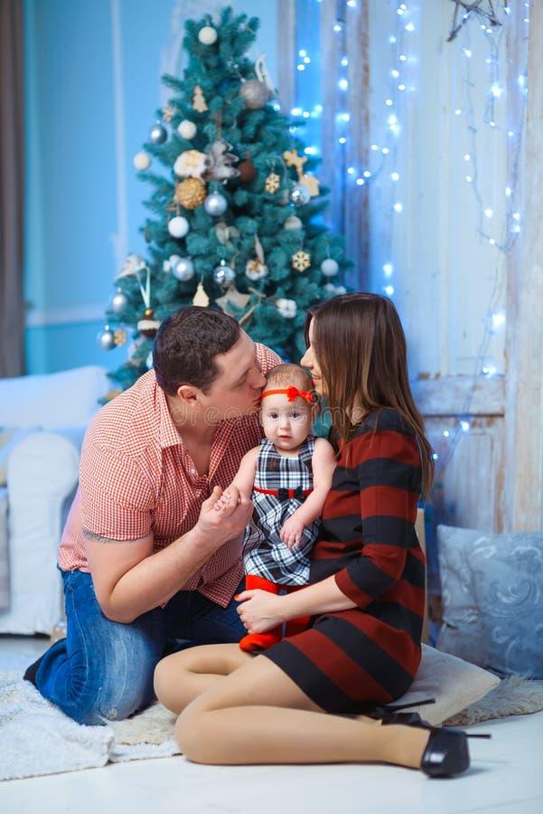 Família com beijo da criança Pais de sorriso felizes e imagem de stock royalty free