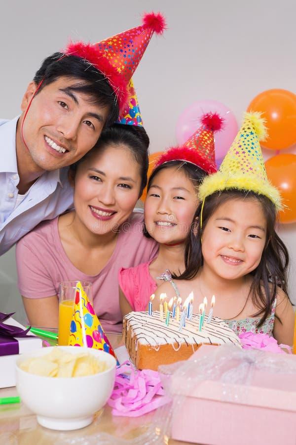 Família com bolo e presentes em uma festa de anos foto de stock