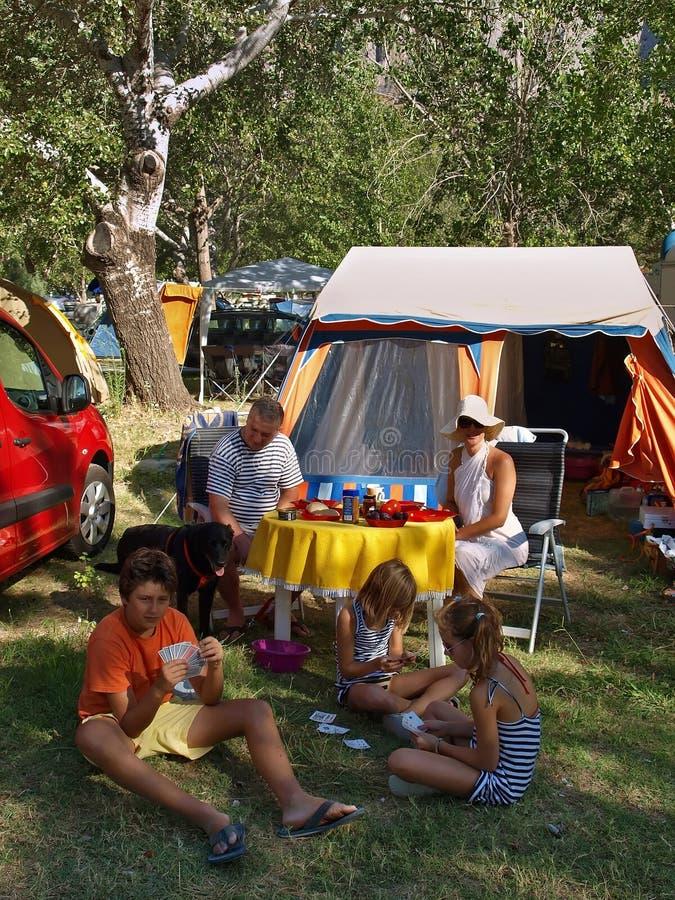 Família com cão em um acampamento 1 foto de stock