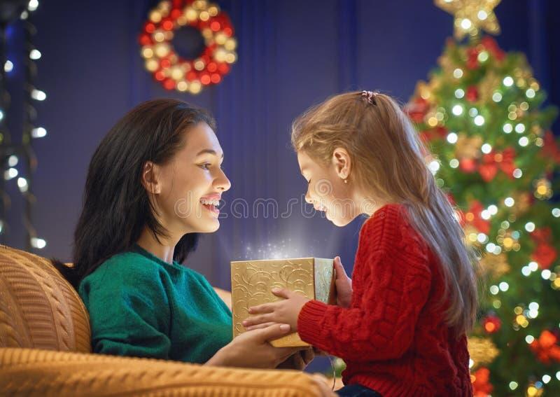 Família com caixa de presente mágica fotografia de stock royalty free