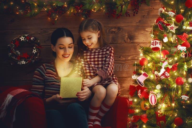 Família com caixa de presente mágica fotografia de stock