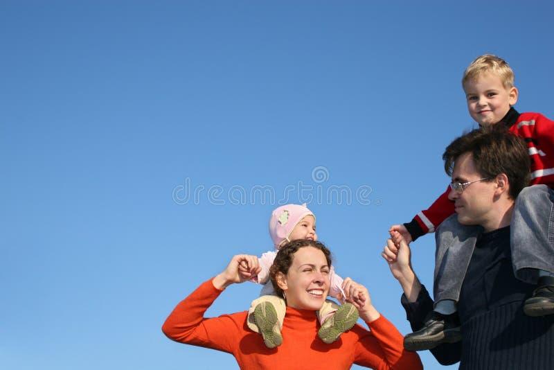 Família com crianças imagem de stock