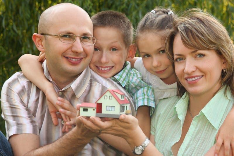 A família com crianças está mantendo a casa de Wendy fotografia de stock royalty free