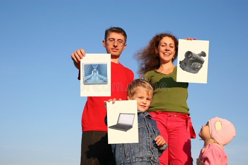 Família com menino e bebê com cartões dos desejos imagem de stock royalty free