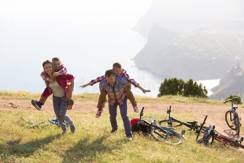 Família com Mountain bike imagem de stock