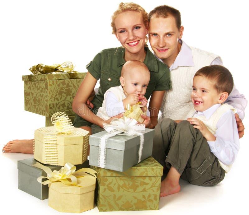 Família com muitas caixas de presente foto de stock