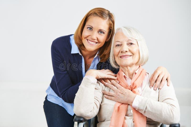 Família com mulher e a mulher superior imagem de stock