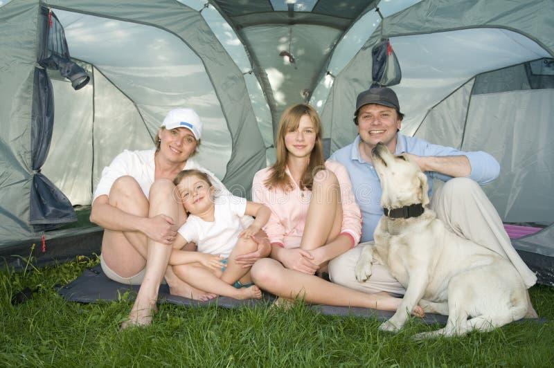 Família com o cão na barraca fotografia de stock royalty free