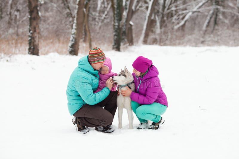 A família com o cachorrinho imagem de stock royalty free