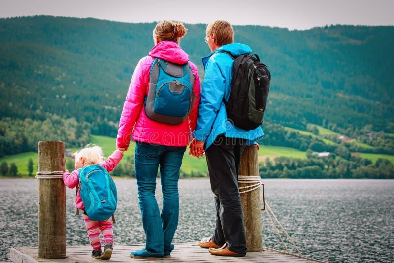 Família com o curso pequeno do bebê que caminha na natureza fotografia de stock royalty free