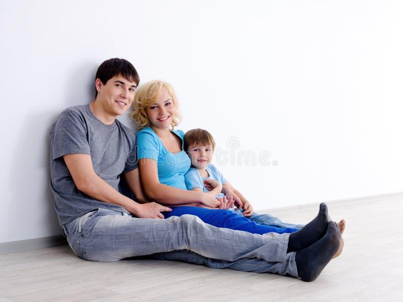 Família com o filho no quarto vazio imagem de stock