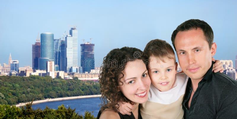 Família com o retrato do filho na cidade de Moscovo foto de stock