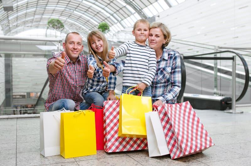 Família com os sacos de compras no shopping fotos de stock