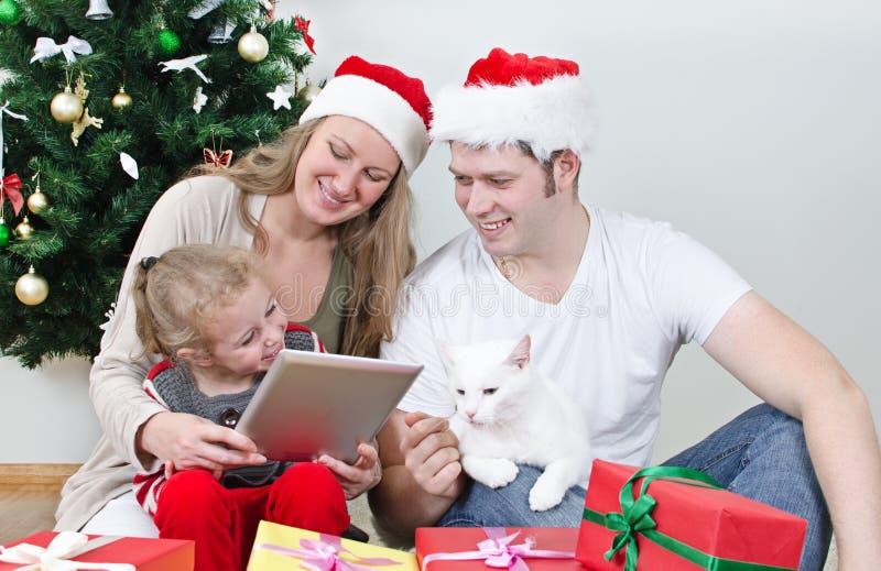 Família com PC da tabuleta fotografia de stock