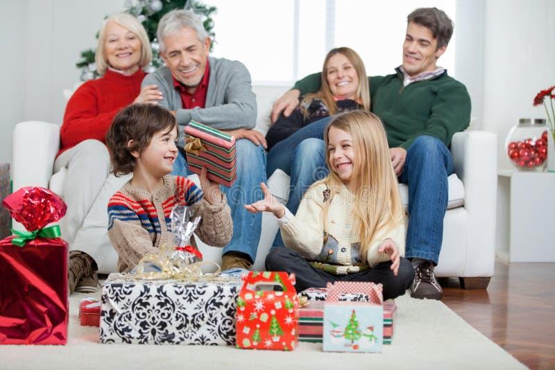 Família com presentes de Natal em casa imagem de stock