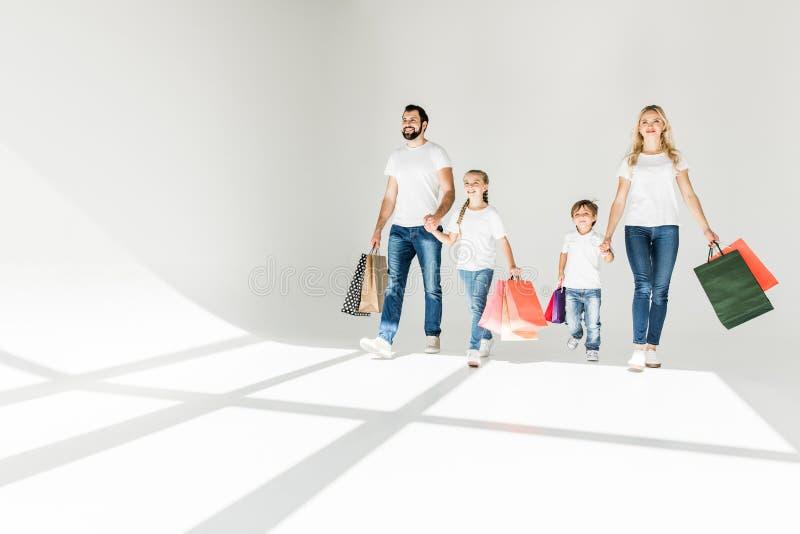 Família com sacos de compra foto de stock