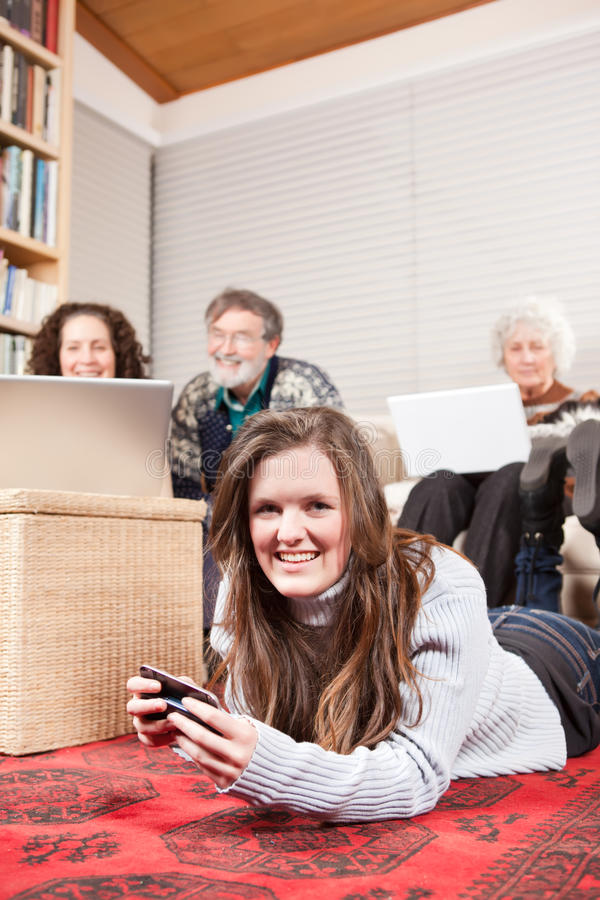 Família com tecnologia sem fios foto de stock